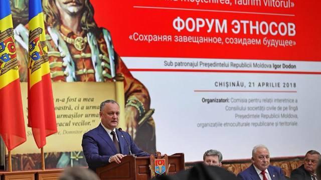 La forumul etniilor, Igor Dodon a propus ca un stindard pretins moldovenesc să devină simbol de stat