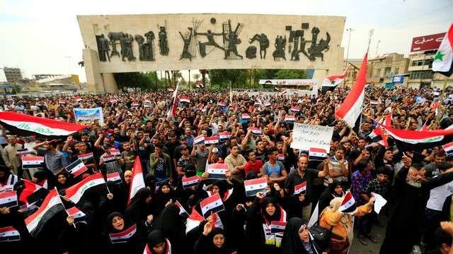 FOTO | Proteste şi drapele americane arse în Irak, după loviturile din Siria