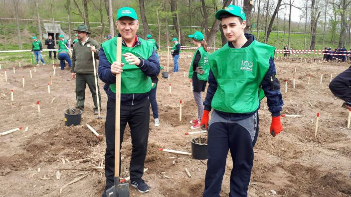 La Huși și Leușeni a început plantarea Pădurii Centenar