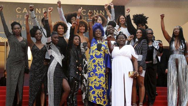 Festivalul de la Cannes | 16 actrițe de culoare au protestat cu pumnul în aer la intrarea în sala de cinema