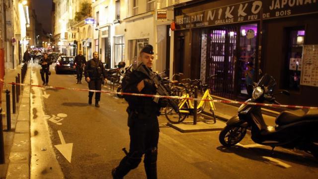 Franţa | Stat Islamic revendică atacul cu cuţit de la Paris. Emmanuel Macron: nu vom ceda niciun centimetru duşmanilor libertăţii (FOTO)