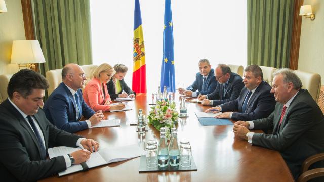 Posibilitatea eliminării tarifelor la roaming între R.Moldova și România, discutată de Pavel Filip și Dănuț Andrușca