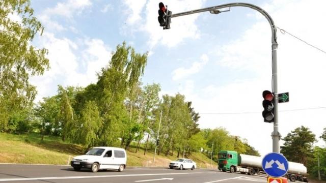 Un nou semafor inteligent în Chișinău face circulația rutieră mai fluidă