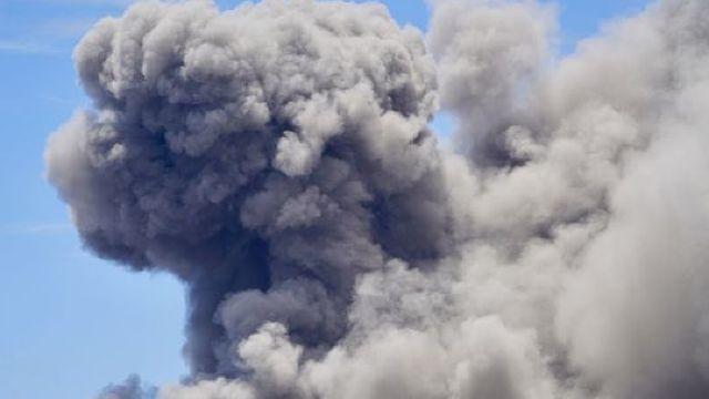 Un uriaş nor de cenuşă vulcanică, deasupra vulcanului Kilauea din Hawaii