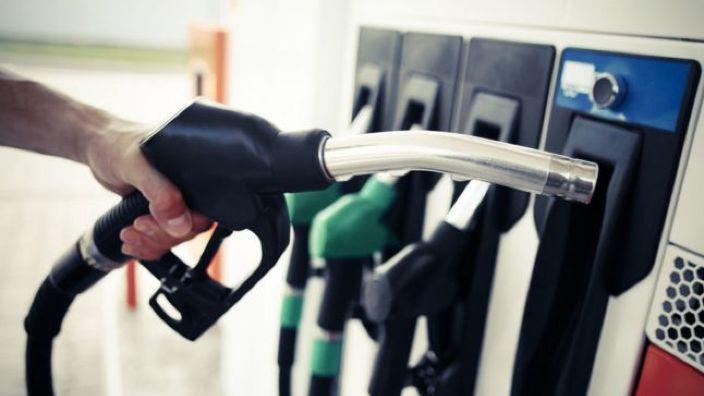 DOC   Prețurile plafon la carburanți, stabilite o dată la trei luni, potrivit unui proiect al deputaților