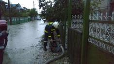 Pompierii și salvatorii intervin în urma ploilor abundente
