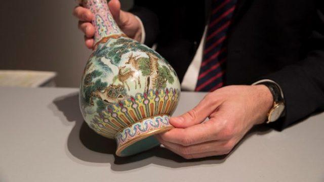 O vază chinezească a fost vândută cu aproape 20 de milioane de dolari, la o licitaţie din Paris