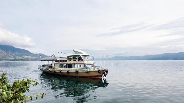 Aproape 130 de oameni sunt daţi dispăruţi, după scufundarea unui feribot, în Indonezia