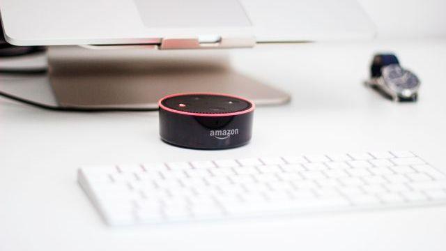 Gigantul Amazon este acuzat de exploatarea angajaţilor de la fabrica care produce dispozitive Alexa şi Kindle