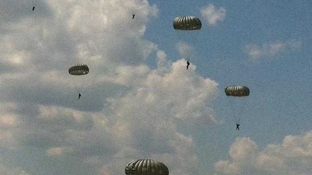 FOTO | Militari din R. Moldova și România au efectuat  salturi cuparaşuta laBaza deAviaţie de la Mărculeşti