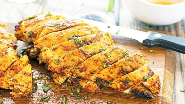 Rețeta zilei | Piept de pui marinat rumenit la grătar cu ierburi aromate