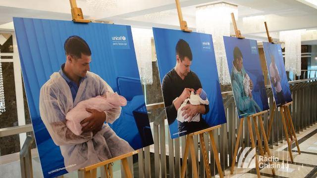 FOTO | Momente emoționante cu tații care își țin la piept copiii nou-născuți în primele clipe ale vieții