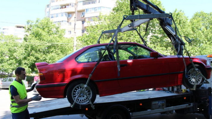 Atenție, șoferi | Mașinile parcate neregulamentar vor fi evacuate. REGULAMENTUL a intrat ]n vigoare