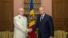 Igor Dodon l-a decorat pe Ambasadorul Federației Ruse la Chişinău, Farit Muhameşin, cu Ordinul de Onoare