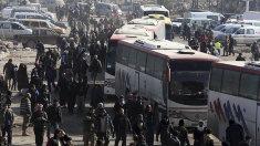 Mii de civili şi combatanţi pro-regim din două localități siriene au început evacuarea pe cale rutieră