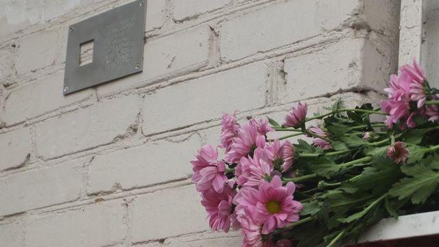 Prima placă instalată la Chișinău pentru comemorarea victimelor represiunilor politice staliniste