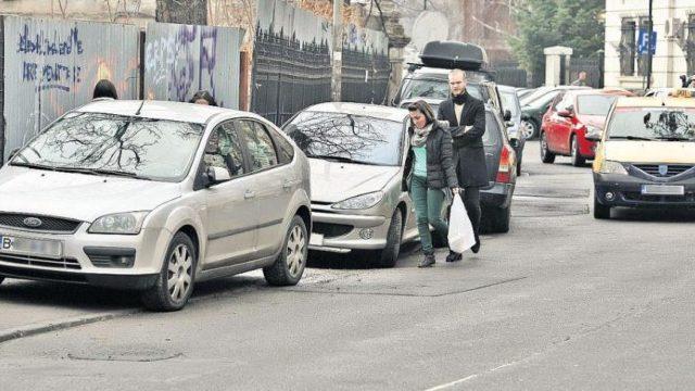Noi reguli pentru parcarea pe trotuare. La cât spațiu liber pot spera pietonii