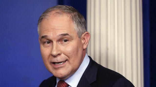 Ministrul american al mediului, invitat să demisioneze într-un restaurant din Washington