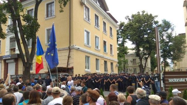 """JdC: Prin mobilizarea polițiștilor la casa lui Plahotniuc: """"Se urmărește îngrozirea populației"""" (Revista presei)"""