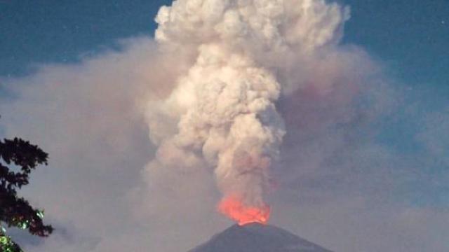 Vulcanul Agung din Bali a expulzat o coloană de cenuşă la 2.000 de metri înălţime