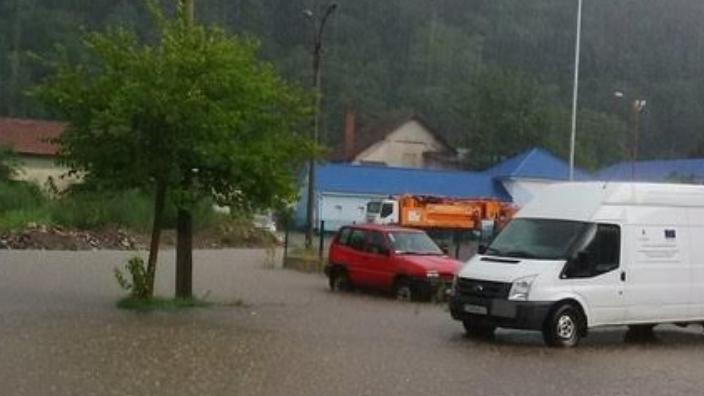 Ploile au făcut ravagii în România: Sute de curţi, subsoluri, case şi drumuri au fost inundate