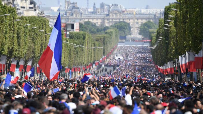 Echipa de fotbal a Franței a revenit cu trofeul Cupei Mondiale la Paris. Peste 300.000 de persoane au umplut străzile