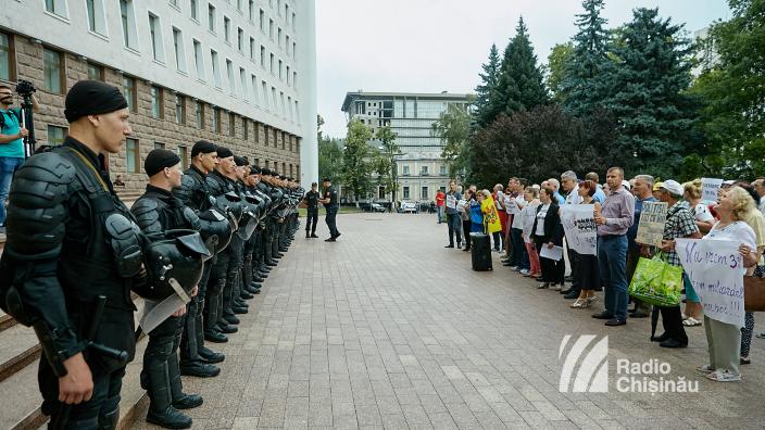FOTO/VIDEO | Protest în fața Parlamentului împotriva reglementărilor fiscale