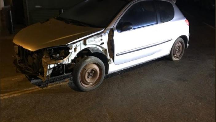 Rabla britanică. Șoferul o conducea un automobil cu cheia franceză, așezat pe o găleată (FOTO)