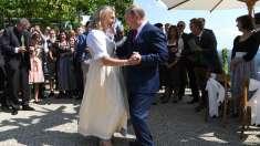 Reverenţa miresei Karin Kneissl, şefa diplomaţiei austriece, în faţa lui Vladimir Putin, motiv de scandal în Austria