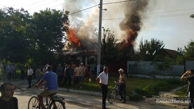 Casa preotului din Congaz, mistuită de flăcări