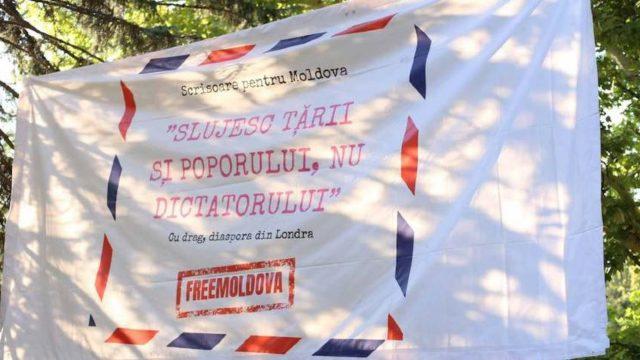"""Panoul diasporei """"Slujesc țării și poporului, nu dictatorului"""" a fost furat din parcul Ștefan cel Mare"""