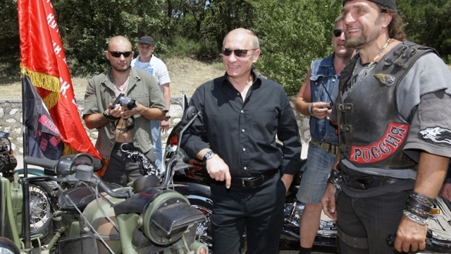 """Cine sunt """"Lupii Nopţii"""", motocicliştii ultranaţionalişti ruşi care îi admiră pe Putin şi vor să se extindă și în România"""