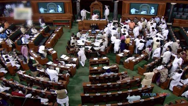 Un parlamentar din India s-a costumat în Adolf Hitler în semn de protest