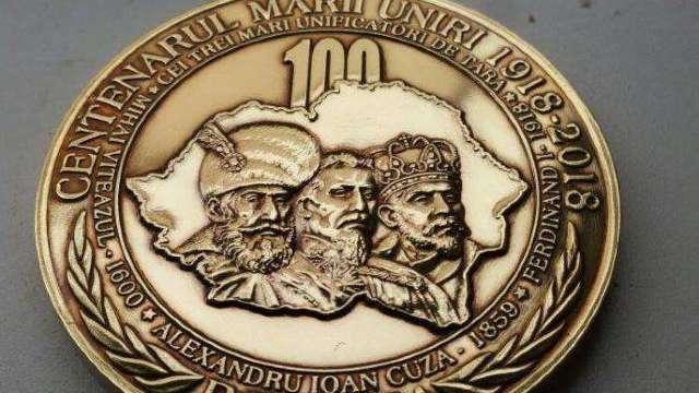 Șapte elevi din Mureș cu media 10 la evaluarea națională și la bacalaureat au primit Medalia Centenarului