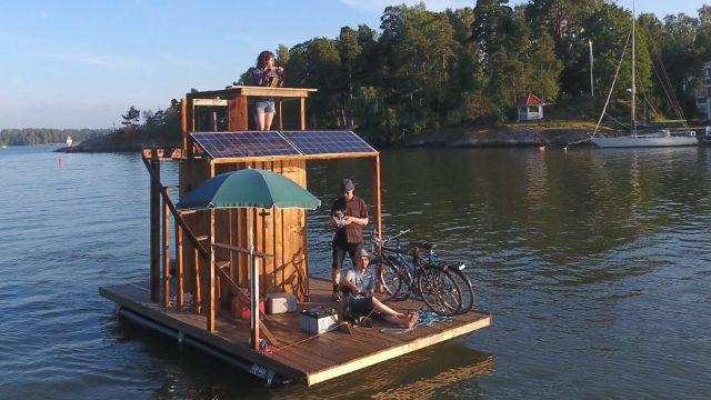 VIDEO | Un inventator finlandez şi-a construit o saună plutitoare şi intenţionează să străbată cu ea Golful Finic