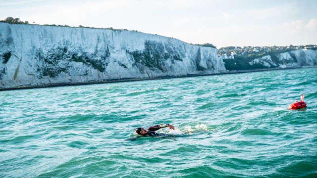 Un britanic înoată de 74 de zile și a doborât un record mondial