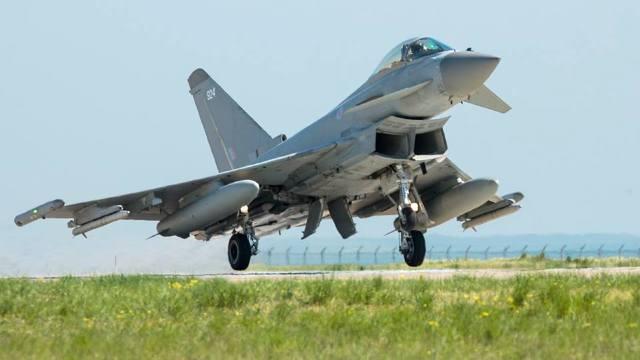 Avioanele de vânătoare britanice desfăşurate în România au interceptat două avioane de luptă ruseşti deasupra Mării Negre