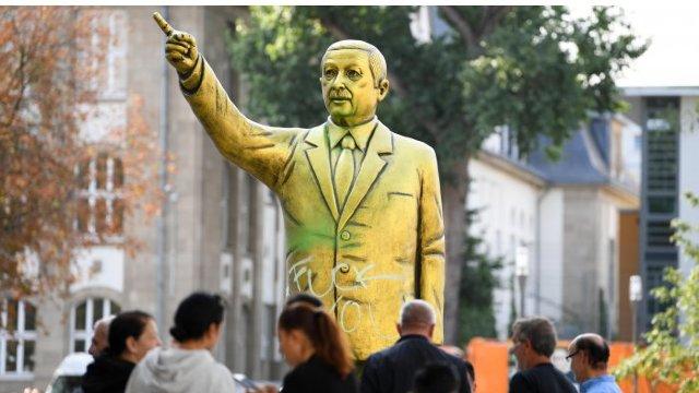 O statuie aurită a lui Erdogan a fost înlăturată din centrul unui oraş din Germania după ce a provocat furie