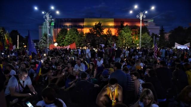 """FOTO   O nouă zi de proteste în Piaţa Victoriei, la București. Mesajele afișate de manifestanți: """"Știm ce ați făcut astă seară"""""""