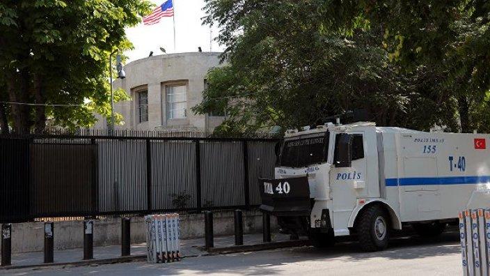 Poliţiştii turci îi caută pe cei care au tras focuri de armă înspre ambasada SUA din Ankara