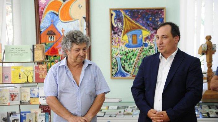 Poetul Iulian Filip a vernisat o expoziție personală de artă plastică și carte