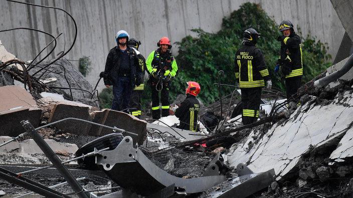 VIDEO | Maximă implicare pentru echipele de salvare în căutarea supraviețuitorilor după prăbușirea podului la Genova