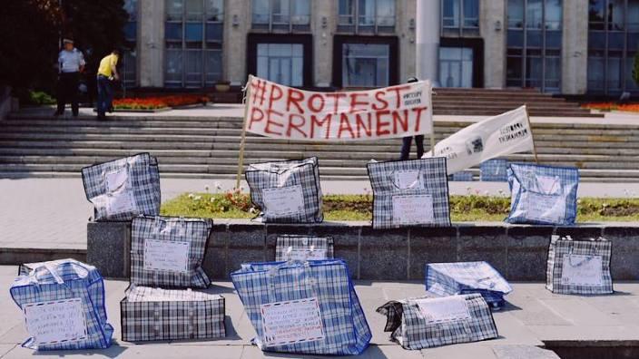 Protest inedit la Guvern | Colete pentru corupți, aduse de zeci de cetățeni nemulțumiți, inclusiv din diaspora (FOTO/VIDEO)