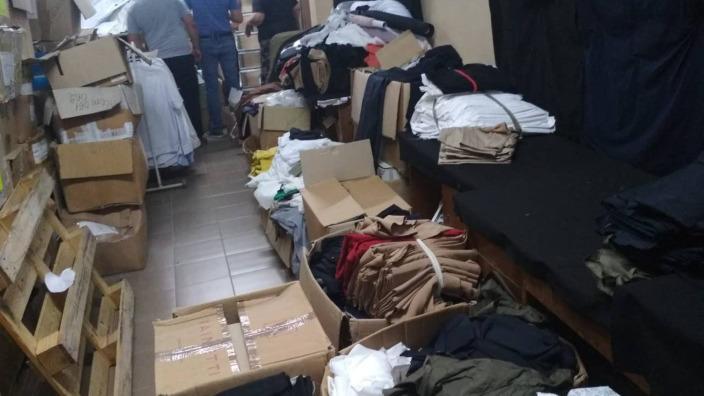 Cămăși și blugi de peste un milion de lei, ținute ilegal în depozitul unei companii din industria textilă la Bălți