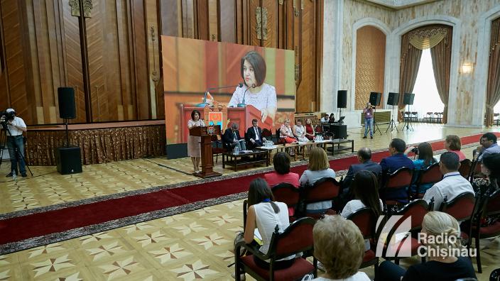 În timp ce diaspora spune că nu se poate întoarce acasă din cauza situației critice, guvernarea spune că R.Moldova face pași spre progres