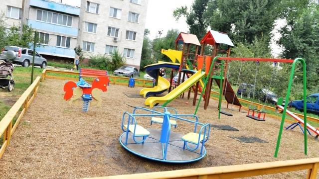 FOTO | Primăria Chișinău a instalat în curțile blocurilor locative primele patru spații de joacă pentru copii