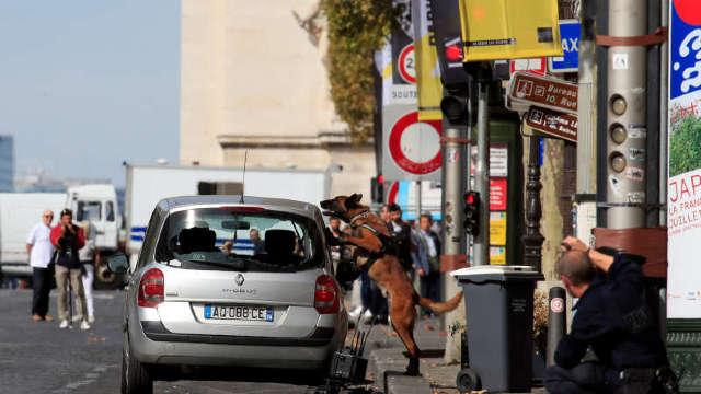 Franța | Champs Elysees a fost blocat pentru verificarea unei mașini suspecte. Geniștii nu au identificat nicio amenințare