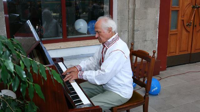 FOTO/VIDEO | Eveniment inedit: Eugen Doga a cântat pe peronul Gării Feroviare