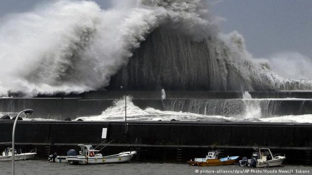 Taifun în Japonia | 11 morţi, sute de răniţi (imagini foto/video)