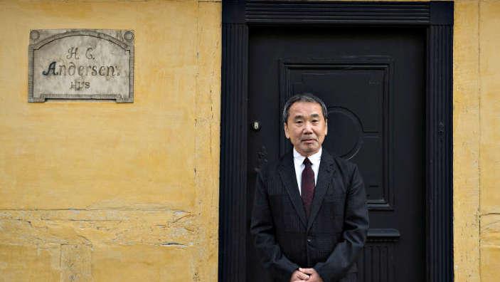Haruki Murakami îşi donează manuscrisele şi discurile vinil unei universităţi din Japonia